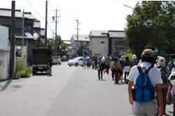 市街地を歩き、南吉の生家に向かいます。