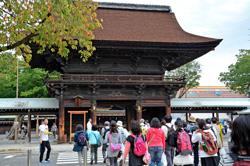 受付をすませるといよいよウォーキングスタート! 国府宮神社の本堂に見守られて街道を歩きます。