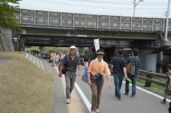 橋をくぐると、すぐにゴールの清洲公園が見えてきます。木々の間から織田信長の銅像が見えました。