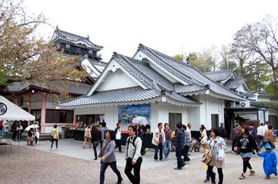 岡崎公園のシンボル、岡崎城。公園では、さまざまな催し物や、からくり時計などもありました。