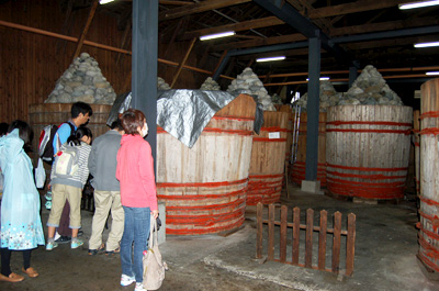 味噌を熟成している樽が並ぶ様は圧巻。皆さん見入っていました。