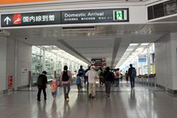改札を出て、旅客ターミナルビルへ向かいます。