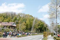 幹線道路に戻り、維摩池を右手に愛知県森林公園植物園に向かいます。