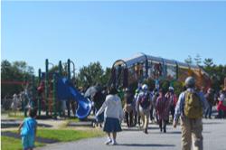 南公園では、たくさんの子どもが遊具で遊んでいました。