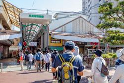 瀬戸市新世紀工芸館を出ると、すぐにせと末広町商店街が見えてきます。