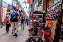せと末広町商店街では、イベントを開催。レトロな商店街もハロウィン一色でした。