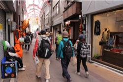 銀座通り商店街でも、イベント開催中でした。カカシとハロウィンの飾りで彩られた商店街を歩きます。