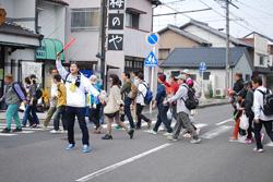 道路を横断するときは、係員の誘導に沿って歩きます。