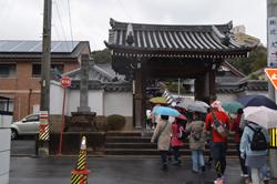 三河別院を過ぎると、随念寺の門が見えてきます。