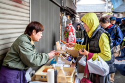 昭和の面影が残る松應寺横丁では、買い物を楽しむ姿も見られました。