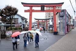 松應寺を出てしばらく進んでいくと、伊賀八幡宮の鳥居が見えてきます。