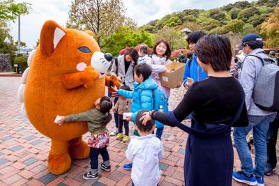 園内を楽しんでいると、いなりんが登場!子どもたちに大人気でした。