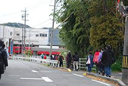 横断歩道を渡ると、すぐに名鉄の赤い車輌が見えてきます。